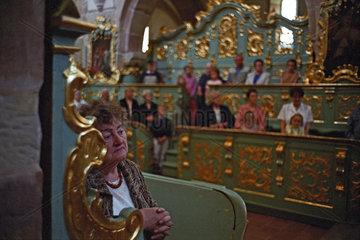 Menschen waehrend des Gottesdienstes  Polen