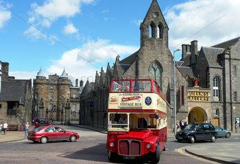 Touristenbus vor der Queens Gallery in Edinburgh