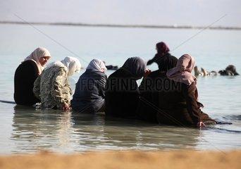 Religioese Frauen im Toten Meer