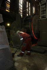 Warschau  Polen  ein Stahlwerker im Stahlwerk ArcelorMittal Warszawa