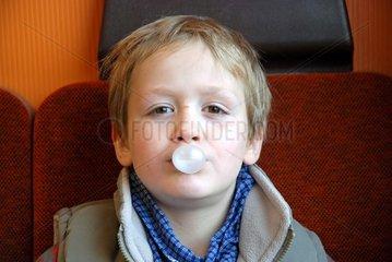 Sechsj__hriger Junge mit Kaugummiblase