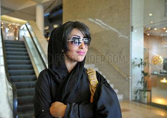 Moderne junge Frau in Riad