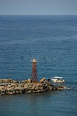 Kyrenia  Tuerkische Republik Nordzypern  Hafenmauer mit Leuchtturm