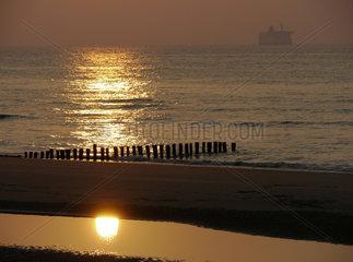 Kanalfaehre aus England im Sonnenuntergang auf Fahrt nach Calais