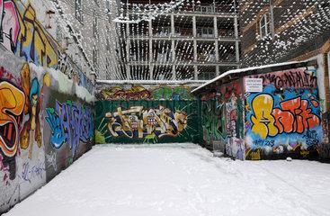 Graffiti Malereien im Koelner Hinterhof