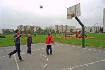 Drei Jungen spielen Basketball in Tallinn  Estland