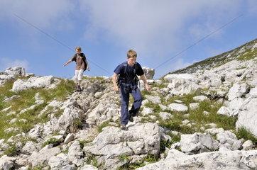 Zehnj__hrige Jungen beim wandern in den Allg__uer Alpen