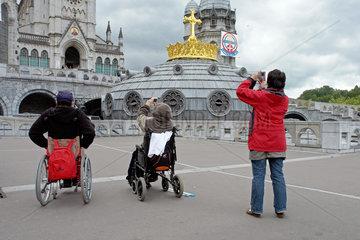 Behinderte Pilger in Lourdes