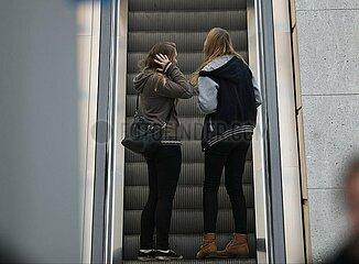 Junge Maedchen auf einer Rolltreppe