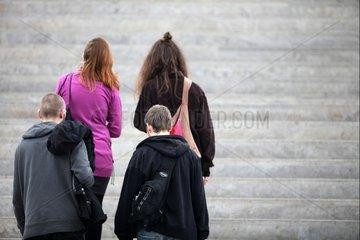 Vier junge Leute auf einer Treppe