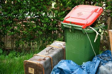 Muelltonne mit Koffer