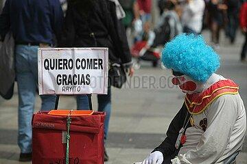 Ein trauriger Clown bettelt in Spanien