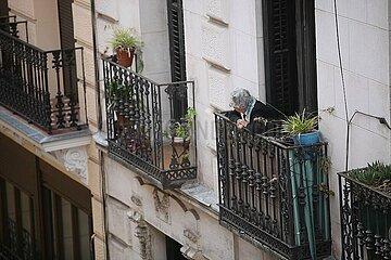 Seniorin schaut von einem Balkon