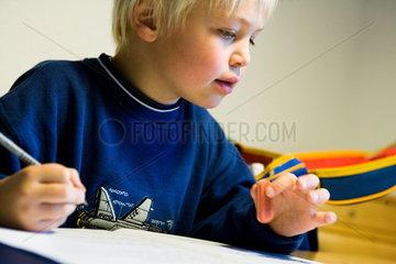 Grundschueler bei den Hausaufgaben