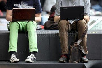 Zwei Maenner surfen im Internet