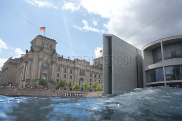 Berlin  Deutschland  Wellen der Spree vor dem Reichstag und dem Paul-Loebe-Haus