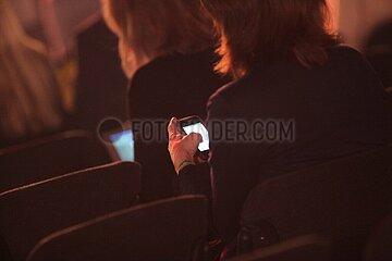 Geschaeftsfrauen mit Smartphone