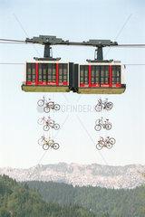 La Clusaz  Frankreich  Installation von Fahrraedern an einer Seilbahngondel