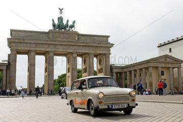 Berlin  Deutschland  Trabant 601 des Autoverleihers Trabi-Safari faehrt ueber den Pariser Platz