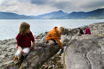 Spielende Kinder am Walchensee
