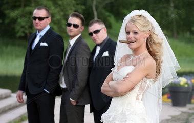 Berlin  Deutschland  eine Braut posiert mit Zigarre als Mafiabraut