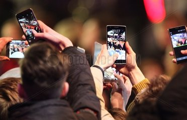 Fans von George Clooney schiessen Fotos mit dem Smartphone
