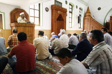 Tuerkische Moslems beim Freitagsgebet  Archivbild zum Thema DITIB Skandal