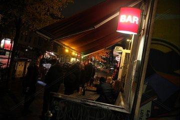 Leute stehen vor einer Bar