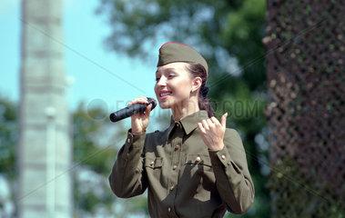 Singendes Maedchen in Militaeruniform  Kaliningrad  Russland