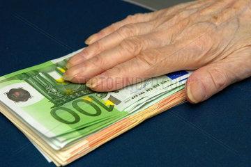 Rentnerin mit Euro-Geldscheinen