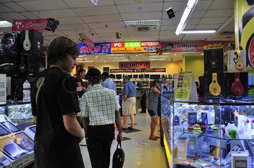 Gefaelschte Software und DVDs im Pantip Plaza  Computerladen  Bangkok  Thailand  Asien
