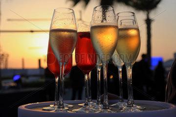 Dubai  Vereinigte Arabische Emirate  Glaeser mit Champagner im Gegenlicht des Sonnenuntergangs