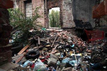 Muell in einer Ruine