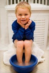 Kleiner Junge nimmt ein Fussbad