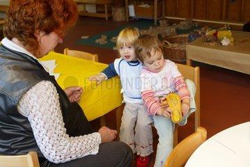 Gemischte Altersgruppe in der Kindertagesstaette