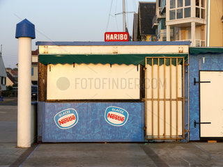 Werbung fuer Haribo und Nestle auf einem Kiosk in Wimereux