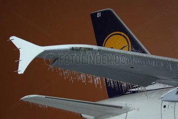 Eiszapfen an den vereisten Tragflaechen einer Passagiermaschine