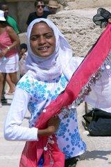 Maedchen aus armen Verhaeltnissen verkauft Andenken an Touristen
