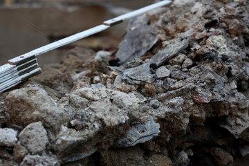 Archaeologische Zone in Koeln: Diese unspektakulaer aussehenden Brocken enthalten wahrscheinlich Brandschutt des 'Pestpogroms' von 1349