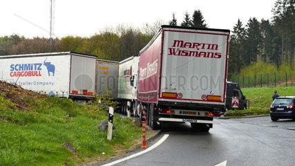Ueberfuellter LKW-Parkplatz an der Autobahn