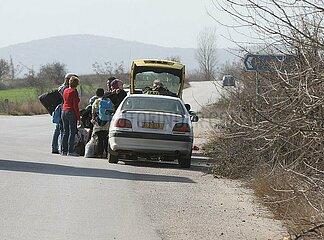 Fluechtlinge steigen ins Taxi