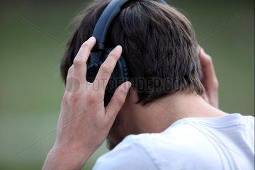 Mann mit Kopfhoerern