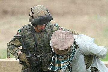 Soldat uebt Festnahme