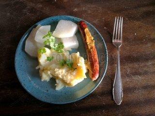 Bratwurst mit Kartoffelbrei und Kohlrabi