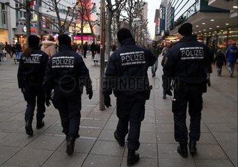 Polizei in einer Fussgaengerzone