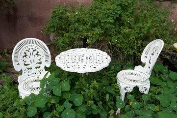 Weisser Gartentisch mit St__hlen