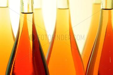 Berlin  Deutschland  Flaschen in einem Regal