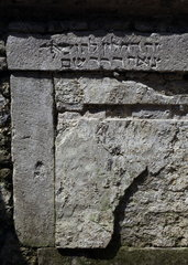 Archaeologische Zone in Koeln: Vermauertes Fenster zur Kloakenentleerung unter dem ehemaligen Hof der Synagoge.