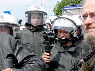 Polizeikessel waehrend einer Kundgebung gegen den Aufmarsch von Rechtsextremisten in Bonn-Duisdorf am 12.07.2008