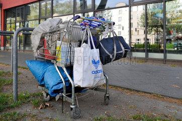 Habseligkeiten eines Obdachlosen im Einkaufswagen